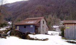 Retournement des meules au Moulin du Ressec à Ercé dans le Couserans de l'Ariège
