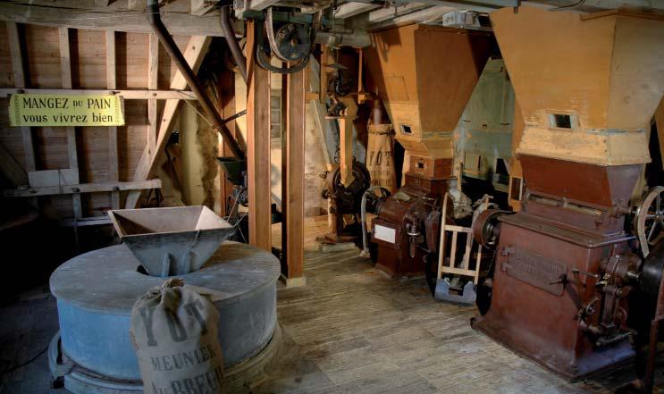 Moulin du Breuil - Rez de chaussée, la machinerie, les meules, les appareils à cylindres. Photo Monique Yot.