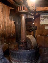 Conche à socle de pierre et parois hautes en bois, mécanisme d'entrainement aérien par lanterne et poulies