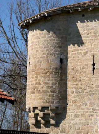 Détail échauguette ronde et archères moulin Bagas. Photo E. Charpentier.