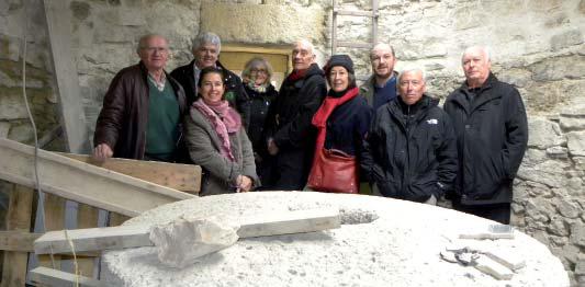 Pose photo à l'occasion de la visite du moulin. Le bureau de l'Association, Anne Bernon (Uni Beton), Jean Claude Fourès (Fondation du Patrimoine). Cliché Association Conservation du patrimoine de Lambesc