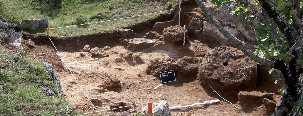 La zone II : une tranchée étroite ayant fourni des meules de moulins et des meules manuelles au Haut Moyen Age. Photo A. Belmont.