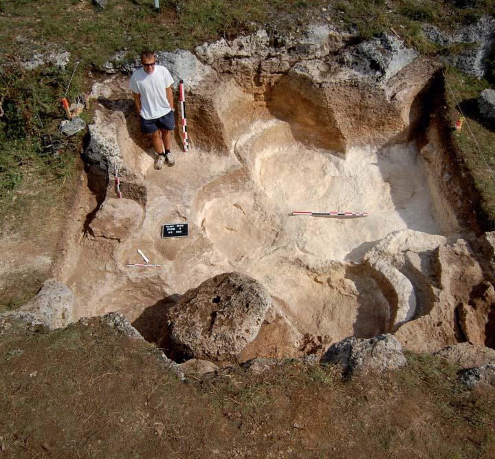 La zone II à l'issue des fouilles, avec ses tubes d'extraction aux allures de tour de Pise. Photo A. Belmont.