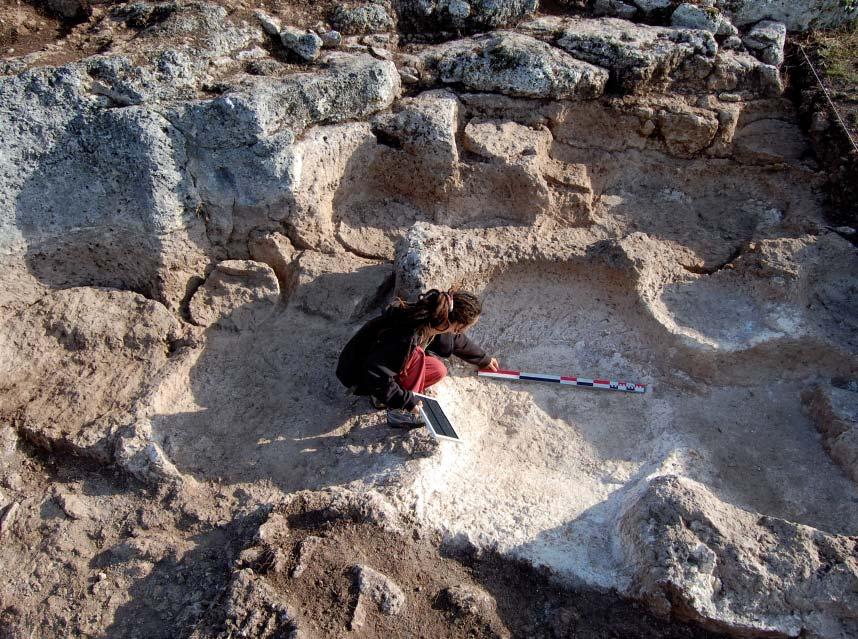 La carrière de la zone I, exploitée dès la fi n de l'Antiquité ou à l'époque mérovingienne. Photo T. Anderson.