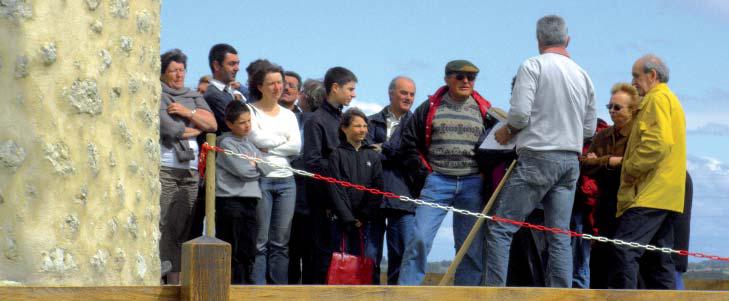 Journée des Moulins 2009, les visiteurs attendent leur tour pour la visite. Moulin de Condéon (Charente). Photo association moulin de Condéon.