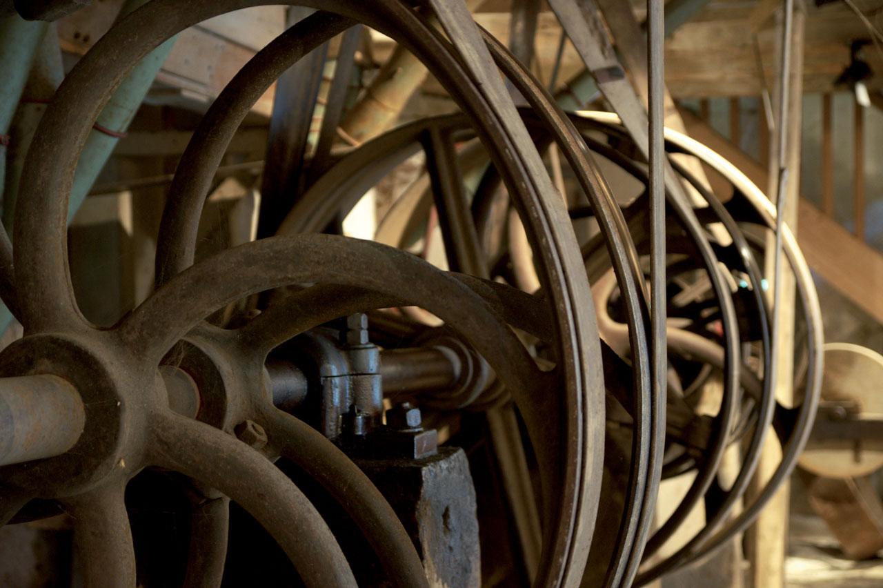 vue sur les poulies et courroies du RDC du moulin- c-Parthenos photographie