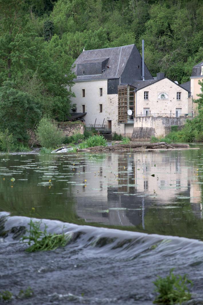 vue extérieure du moulin depuis la rivière - c-Parthenos photographie