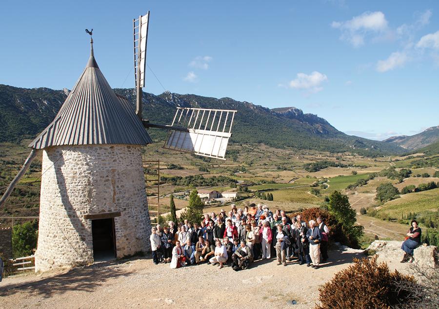 Une partie du groupe de voyageurs au pied du moulin d'Omer. Photo Charpentier.