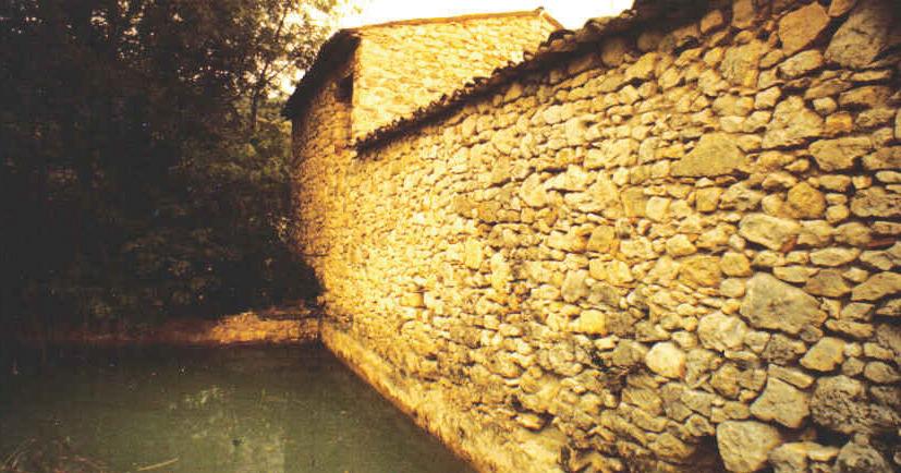 Figure 2 - Réservoir au dos du moulin. Photo E. Lauga (aimable autorisation d'Henriette Lauga présidente des Amis des Arts, Reillanne)