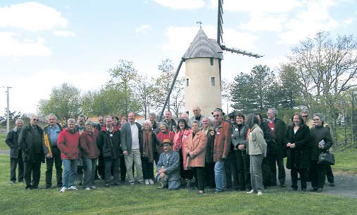 Le groupe devant le moulin des Gourmands à Saint Révérend. photo Lajoie-Mazenc
