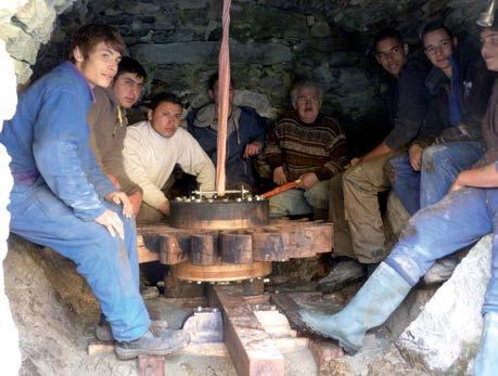 Etudiants du lycée professionnel de Bédarieux après la pose du rouet au moulin de la Fage. Crédit photo Auxilium34, Moulins de l'Hérault