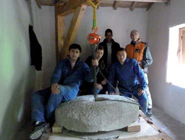 Les étudiants après la mise en place des meules . Crédit photo Auxilium34, Moulins de l'Hérault
