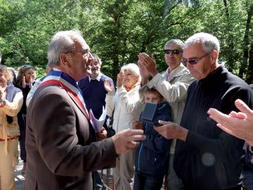 Monsieur Mendes, Maire, décore Bernard Azéma de la médaille de Citoyen d'Honneur de la Commune de Rosis. Crédit photo Auxilium34, Moulins de l'Hérault