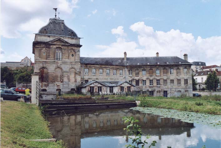 Vue du Pavillon, avec le bâtiment d'origine à gauche, le bâtiment du 19ème à droite, et en colombage l'abri de la turbine photo S.Mary