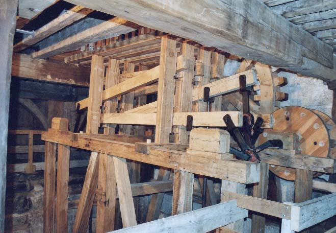 Etage inférieur de la machine hydraulique : les transmissions et les balanciers - photo S.Mary