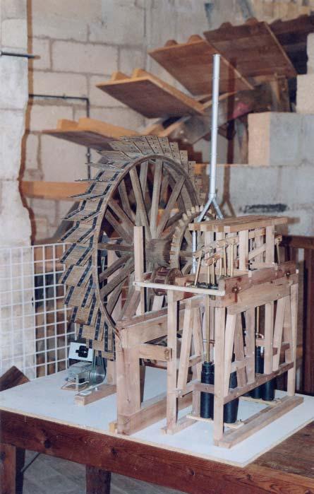 Maquette de la machine, avec la conduite verticale de refoulement de l'eau qui était construite en tuyaux de cuivre - photo S.Mar