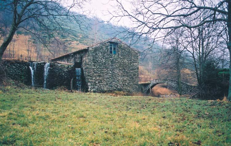 Le moulin et le pont à une seule arche qui le dessert - photo JP Azéma
