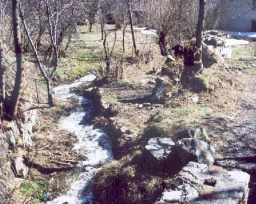 Le ruisseau qui alimente le moulin. Photo de l'Association Garrotxes Conflent.
