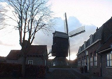 L'Ondankmeulen (le Moulin de l'Ingratitude) et l'arrière de l'estaminet De Vierpot (le pot à braise) à Boeschepe (Nord, France) CC BY-SA 3.0 wikipedia