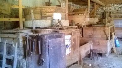 Vue d'ensemble de l'intérieur du moulin : les 2 paires de meules dans leur archure. Au fond : le blutoir rénové - Photo Gérard Triolaire