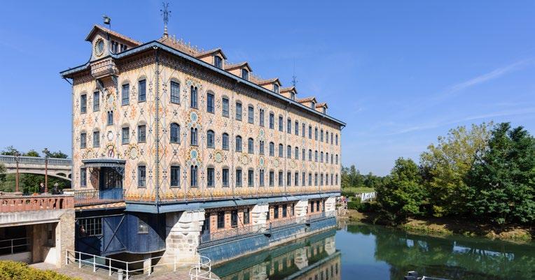 Ancienne chocolaterie Menier à Noisiel, transformée en usine hydroélectrique : le Moulin Saulnier (1872), sur la Marne. Wikimedia