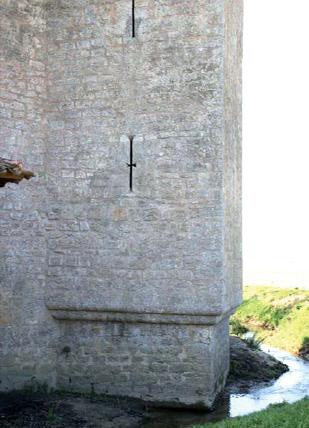 Détail tour carrrée et ses archères, moulin de Piis à Bassanne - Photo E. Charpentier.