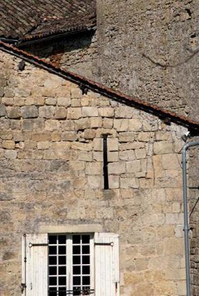Détail facade moulin de Pondaurat et son archère. Photo E. Charpentier.