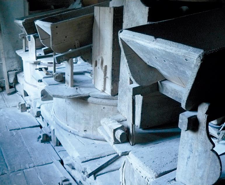 Arquette et trémie du moulin de la Ribère. Photo M. Sicard.