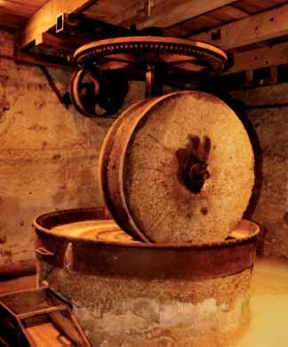 Moulin à huile. La meule verticale en granite. Photo jph. AZEMA