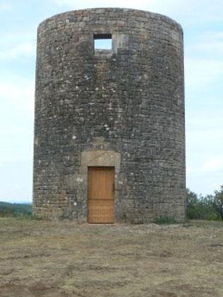 Le moulin après reprise de la maçonnerie en partie haute de la tour, et installation de nouvelles portes (juillet 2016) - Photo DR.