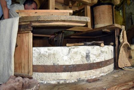 Meule_avec_archure_ - Le Moulin de Villar d'Arène