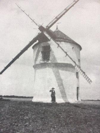 Moulin de Bourrigan aec ses ailes Berton, Julien.Chesnin - Cross-wiki upload from fr.wikipedia.org