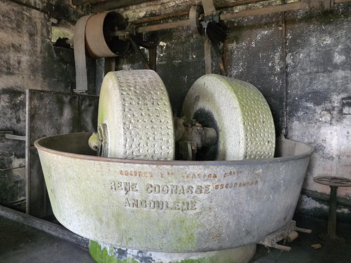 Meules servant pour la pâte à papier. photo wikipedia