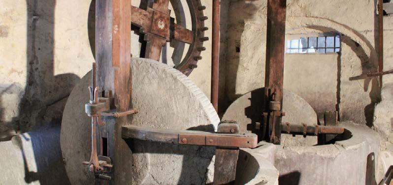 Moulin à la génoise - meules de pierre. Photo Association de Sauvegarde du Patrimoine.