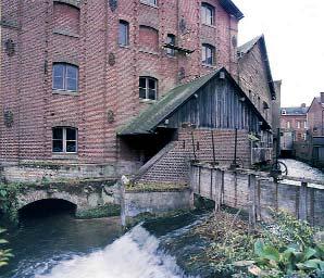 Pignon nord-ouest de la minoterie sur lequel s'appuie le bâtiment d'eau abritant la turbine hydraulique - Cliché Inventaire général Haute-Normandie, D. Couchaux, 2002