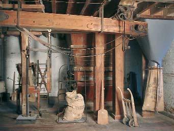 Premier étage, le conditionnement : ensachage de la farine et pesée des sacs - Cliché Inventaire général Haute- Normandie, Denis Couchaux, 2004.