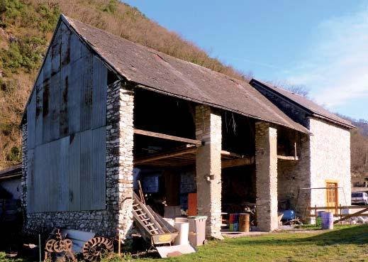 Le hangar attenant au moulin. Photo de Michel Lajoie-Mazenc.