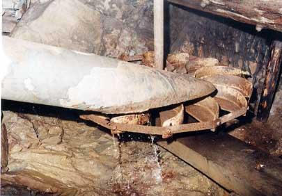 Les meules sont entraînées par des roues horizontales métalliques très rudimentaires.photo www.moulinsdefrance.org