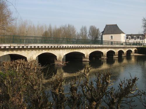 Les arches du pont enjambant l'Indre et ses moulins. photo www.france-voyage.com