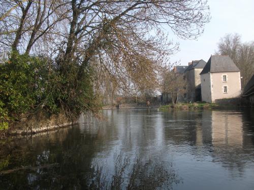 Le moulin Lambert vu de l'extrémité du pont (sud). photo www.france-voyage.com
