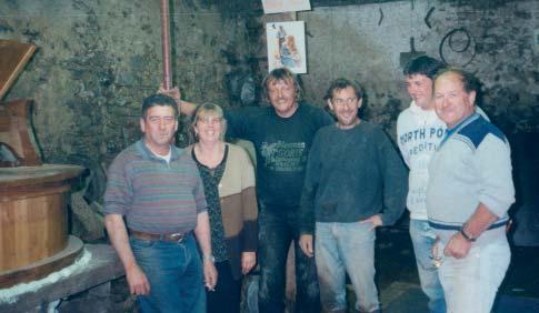 Ann et Rudy Goris entourés de leur équipe de travailleurs, mai 2002 photo Charles Girardeau