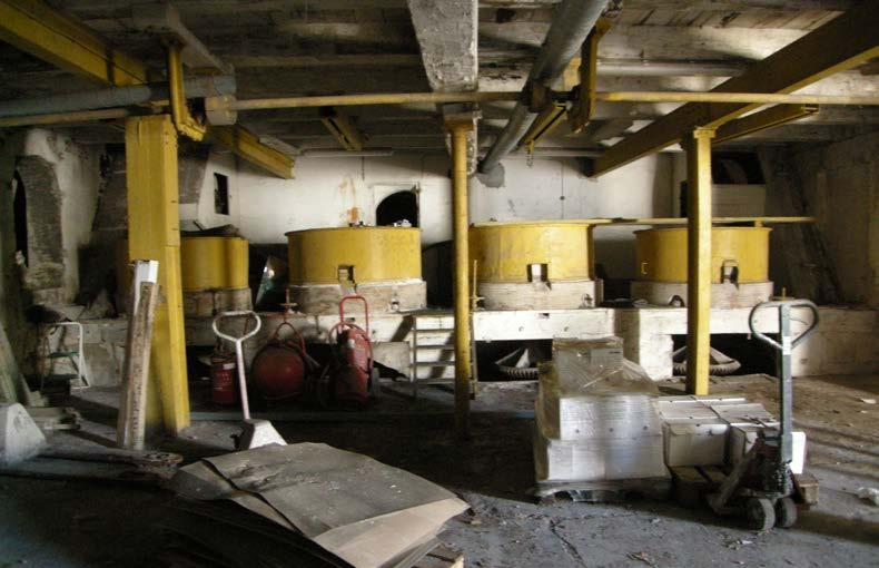 Le Moulin de la Peyronne. Les 4 paires de meules de concassage et les mécanismes d'entraîenement. Photo Claude Carbonnell