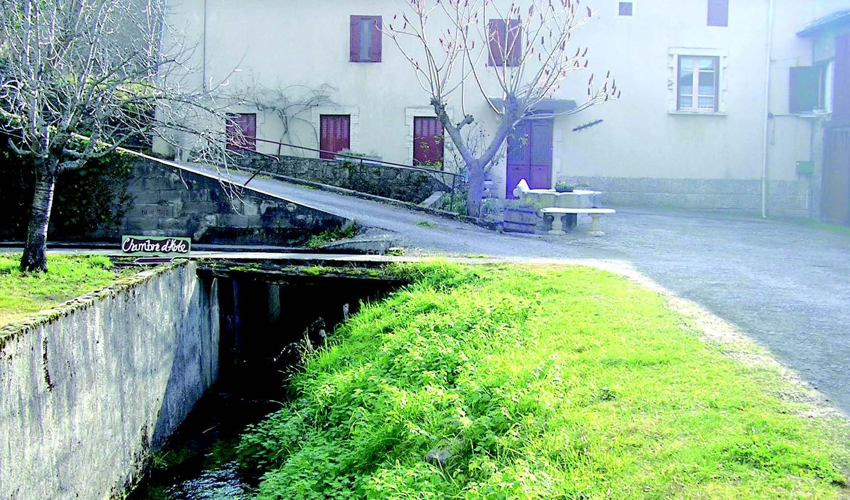 Le canal du moulin de Neylis.