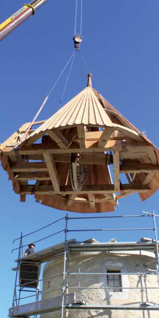 Pose du toit moulin de Pierrelate. Photo Association du moulin de Pierrelatte