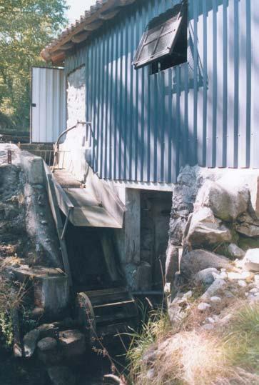 Roue par en dessous actionnant la scierie. Moulin de Ressec (09) - photo Eric Charpentier