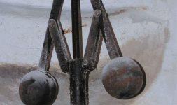 Régulateurs à boules dans les moulins à vent :  centrifuge ou tangentiel ?