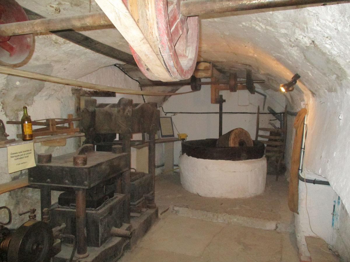 L'intérieur du moulin à huile de noix de Saoû. Photo Bernard Foray-Roux