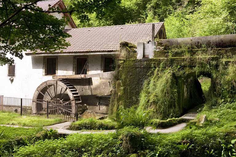 La conduite d'amenée et la roue hydraulique. © Région Franche-Comté, Inventaire du patrimoine