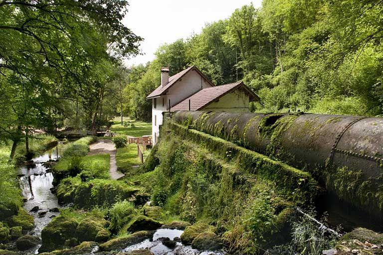 La conduite d'amenée couvert et le moulin vus depuis la source. © Région Franche-Comté, Inventaire du patrimoine